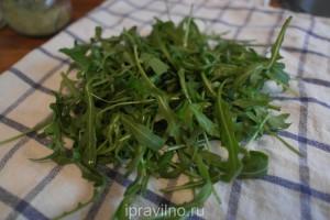 салат с рукколой, сыром и грецким орехом