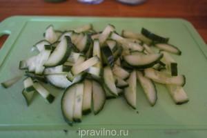 салат с редиской и огурцом под соусом песто