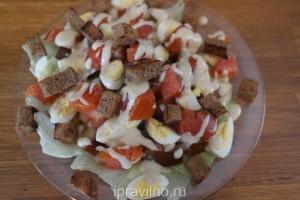 салат цезарь с копченой форелью