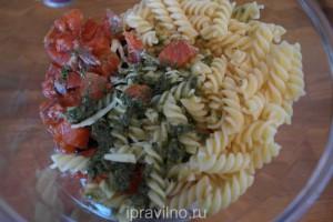итальянский салат с макаронами и рыбой
