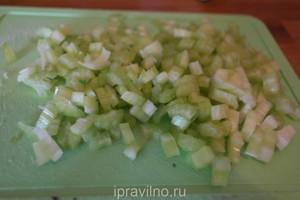 салат с сельдереем и соусом песто