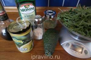 салат с авокадо, оливками и рукколой