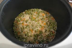 рис с зеленым горошком и морковью в мультиварке