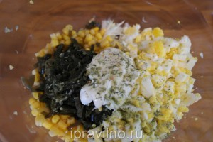 салат с морской капустой, кукурузой, яйцами