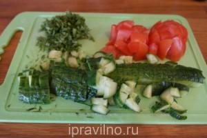 салат с сыром камамбер и свежими овощами