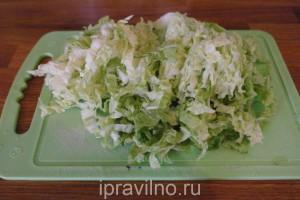 салат с капустой, морковью, огурцом и зеленым луком