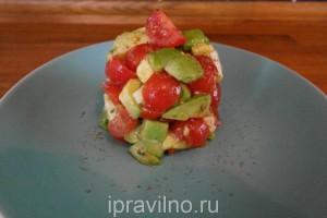 салат с авокадо, помидорами черри и сыром