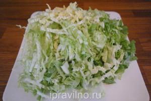 салат с куриным филе, сельдереем, китайской капустой и сыром