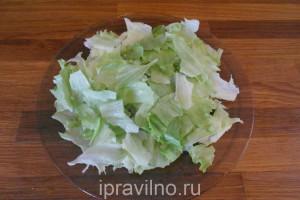 салат со свежими овощами, кунжутом и кунжутным маслом