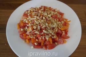 салат со сладким перцем, помидорами и кешью
