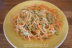 салат с морковью, огурцом, яблоком, кунжутом