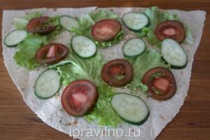 рулеты из лаваша с креветками и овощами
