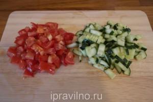 красный перец, фаршированный овощным салатом