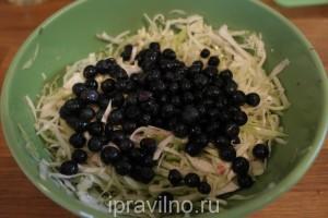 капустный салат с черникой