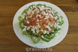 овощной салат в козьим сыром
