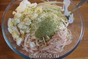 салат с куриным филе, зеленой редькой и перепелиными яйцами