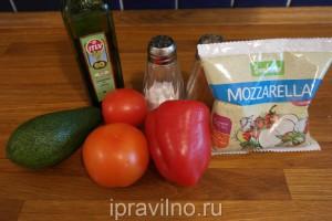 овощной салат с авокадо и моцареллой