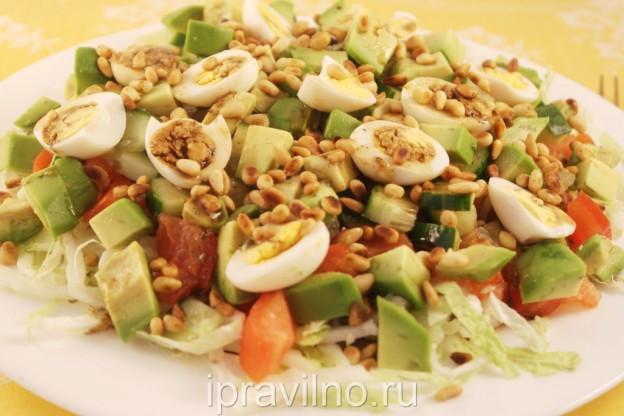 салат с перепелиными яйцами и кедровыми орешками